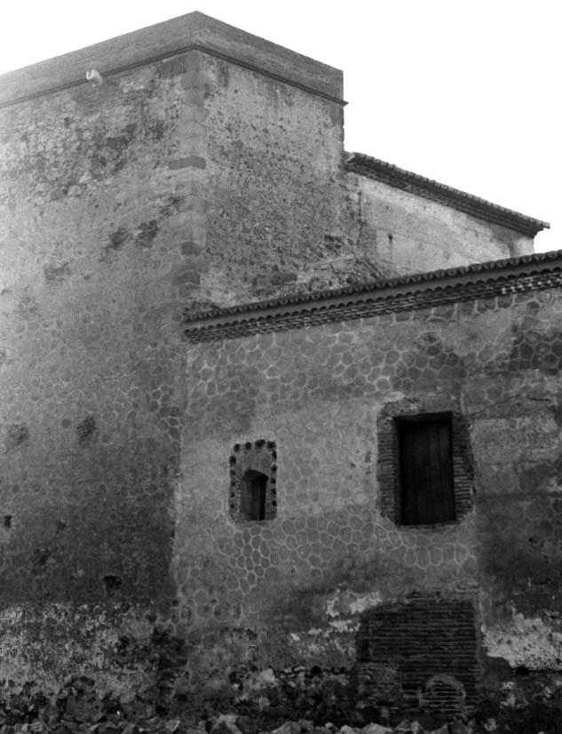 Lámina 7. Las traseras del palacio en 1975. Se aprecian los impactos de los proyectiles del asedio inglés de 1811.
