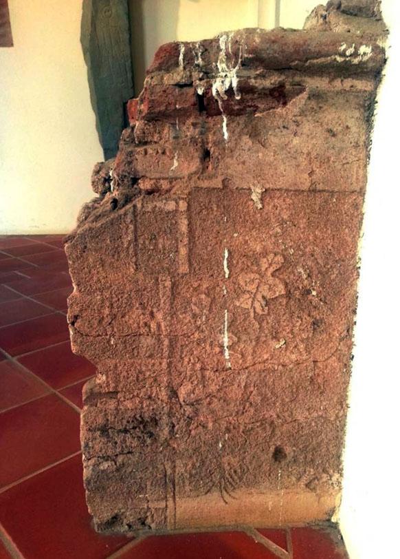 Lámina 10. Restos de decoración esgrafiada con hojas de higuera en la planta alta del claustro del Museo Arqueológico Provincial.