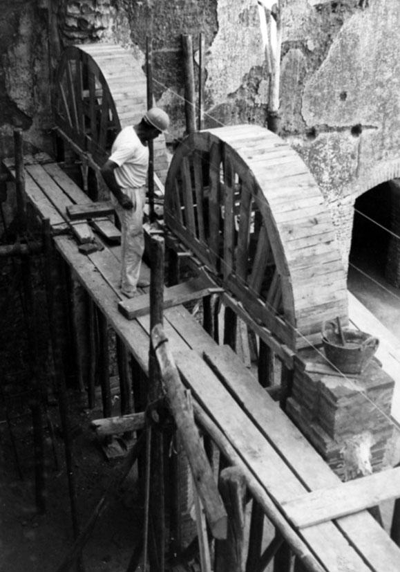 Lámina 4. Reconstrucción de las arquerías hacia 1975. Foto Archivo RESGAL.