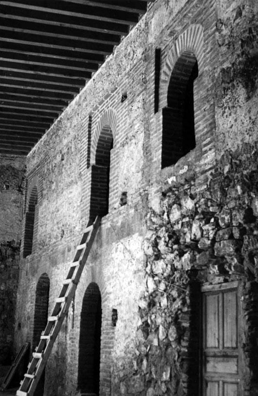 Lámina 5. Lado Este del patio, reconstruido durante la restauración. Hacia 1976. Archivo RESGAL.